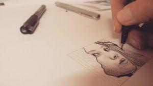 Werkend aan kleine pentekeningen van 5 x 5 cm.